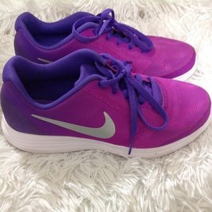 Girl's size 4Y NIKE Revolution 3 running shoes